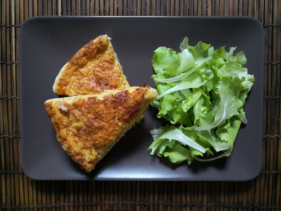 Zwiibele- und Kääswäjie (tortino di cipolle e formaggio)